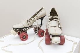 sepatu high heels di modifikasi menjadi sepatu roda keren yahh,.,