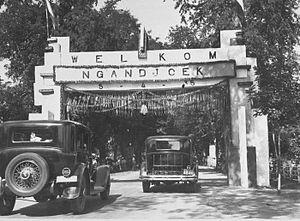 foto kabupaten nganjuk jaman embah buyutku masih muda dan cantik.... hehehe 1935-1940 mungkin..