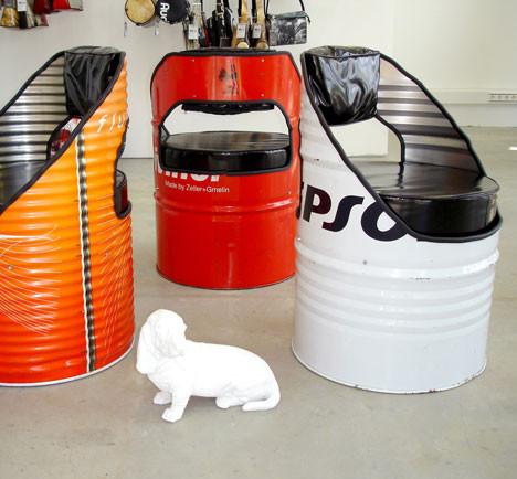 Barang bekas bisa dijadikan sesuatu yang berguna, seperti drum bekas ini yang di jadikan tempat duduk!! Kreatif banget kan?? Wow ya!!! :)