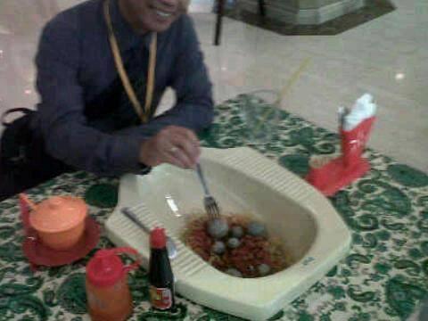 genius orang ini , makan di tempat boker .. kwokwowk :p