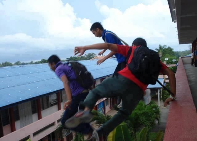 kalo lompat pagar mah udah biasa, ne abang-abang gila lompat dari lantai 2.. lu berani kaga..??? mending ga usah deh.. formore kunjungi juga. http://www.facebook.com/pages/Can-you-make-it/170563119772781?ref=hl www.pulsk.com/u/134585