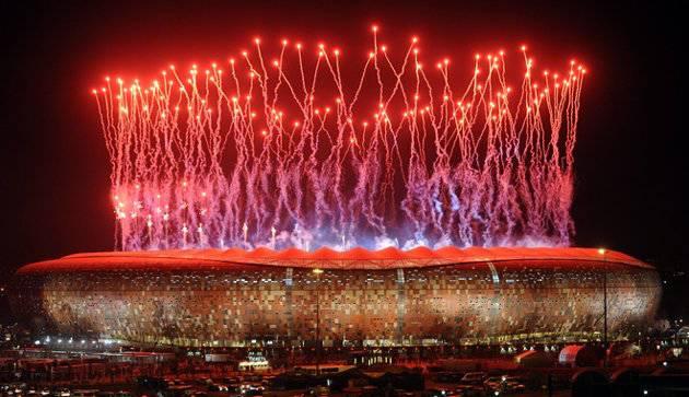 Coba balikan Foto ini - Dengan cara Ctrl + Alt + Bawah Kembang api indah di atas Stadion Soccer City di Soweto usai Final Piala Dunia 2010 antara Belanda vs Spanyol pada 11 Juli 2010. AFP PHOTO / Monirul Bhuiyan