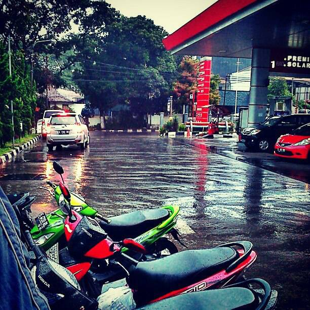 Some gas station in Bandung Jl Setia Budi raining #halcyonpics #memories #Bandung #rain #gas #station #reflection #wet #road