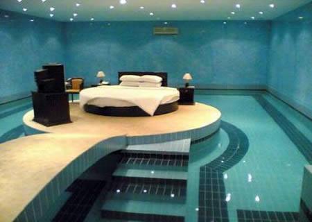 Kamar Tidur ini di sampingnya ada kolam renang nya unik banget ya! Wow nya dong! :)