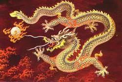 Naga, makhluk mitologi paling terkenal di dunia. Seluruh dunia memiliki legendanya masing-masing. Namun tidak bisa disangkal kalau Naga dari legenda Cina adalah yang paling menarik. Mungkinkah makhluk terbang bertubuh ular, bertanduk dan memiliki cakar itu benar-benar ada? Di Eropa, naga selalu dilambangkan sebagai makhluk yang jahat. Namun, bagi masyarakat Cina, naga melambangkan kekuatan dan kekuasaan. Begitu besarnya penghormatan bangsa Cina kepada makhluk ini sehingga kaisar-kaisar yang gagah perkasa dengan bangga mengenakan gambar naga sebagai simbol mereka. Bagi bangsa Cina, naga adalah salah satu dari empat makhluk spiritual yang mendapat penghormatan tertinggi. Tiga makhluk lainnya adalah Phoenix, Qilin (Kirin) dan Kura-kura. Namun diantara semuanya, naga adalah yang paling perkasa. Karakteristik Naga dan angka 9 Di dalam mitologi Cina, naga memiliki kaitan yang sangat erat dengan angka 9â?³. Misalnya, Naga Cina sesungguhnya memiliki 9 karakteristik yang merupakan kombinasi dari makhluk-makhluk lainnya. 1. Ia memiliki kepala seperti unta 2. Sisiknya seperti ikan 3. Tanduknya seperti rusa 4. Matanya seperti siluman 5. Telinganya seperti lembu 6. Lehernya seperti ular 7. Perutnya seperti tiram 8. Telapak kakinya seperti harimau 9. Dan Cakarnya seperti rajawali. Selain 9 karakteristik itu, naga di dalam mitologi Cina disebut memiliki 9 orang anak yang juga memiliki karakteristik yang berbeda-beda. Ia juga memiliki 117 sisik. 81 diantaranya memiliki karakter Yang (Positif) dan 36 lainnya memiliki karakter Yin (Negatif). Pada umumnya, naga Cina memiliki tiga atau empat cakar di masing-masing kaki. Namun kerajaan Cina menggunakan lambang naga dengan lima cakar untuk menunjukkan kalau sang Kaisar bukan naga biasa. Lambang ini kemudian menjadi lambang ekslusif yang hanya boleh digunakan oleh sang kaisar. Siapapun yang berani menggunakan lambang naga dengan 5 cakar akan segera dihukum mati. Empat Jenis Naga Dalam literatur Cina, paling tidak ditemukan lebih dari 100 