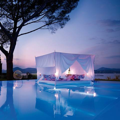Floating Canopy Bed, France !!! WOW nya donk !!!