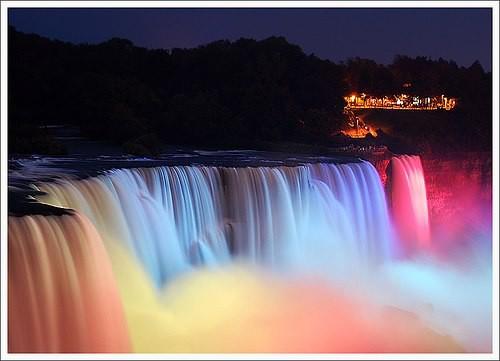 Subhanallah.... indahnya Air Terjun Niagara waktu malam hari Harus bilang WOW....