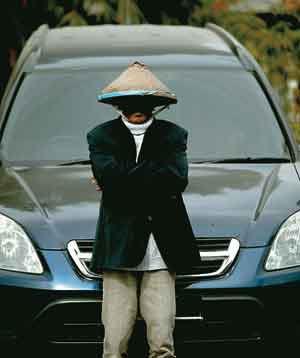 WOW Seorang pengemis kaya di indonesia ini bernama Cak To. Ia memiliki 2 sepeda motor, sebuah mobil Honda CR-V , 4 buah rumah dan jga tanah seluas 400 meter. Dalam sehari, ia mendapat uang sebesar Rp300 - Rp400ribu/hari dari hasil mengemisnya.