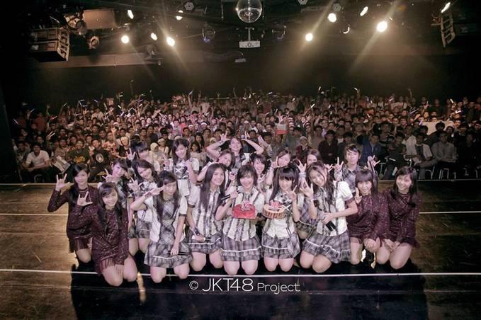 Tanggal lahir Ghaida Farisya dan Cindy Gulla sama-sama 29 Mei. Perayaannya pun dilakukan bersamaan di Teater JKT48 pada 31 Mei lalu. Cr: FanPage JKT 48