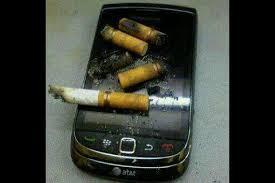 Dieumah Gw ga ada Asbak rokok jadi Gini lah jadi nya...!! kasian banget HAnd phone Gw