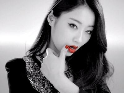 OMG !!! Salah satu member girlband Nine Muses, Kyungri baru saja dibuat kesal oleh mention Twitter yang bernada melecehkan terhadapnya. Saking muaknya, iapun berniat untuk memperingati pengguna Twitter yang melecehkannya untuk diseret ke meja