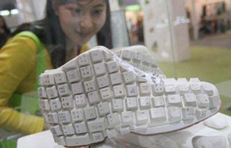 KEYBOARD SHOES,, Karya seni unik ini berasal dari Keyboard komputer yg dibuat mirip dengan sepatu..!! WOW nya Donk :)