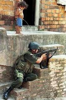 """Tentara : """"Duh, kok helmku tertekan sesuatu dan bunyinya seperti air mancur juga bau pesing?"""" Anak : """"Maaf om, gue kencing"""" Tentara: """"^%&**^%^$%#^"""""""
