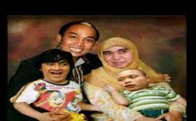 Kasian Banget idup 4 Beranak ni.,,, Hahaha :p Bapaknya Gagap, Ibunya banci2 dikit,anak ke 1 dan 2 masih kecil palak nya udah hampir sama besar sama badan hehhehe :p Wownya.. ^Bercanda, Wownya.
