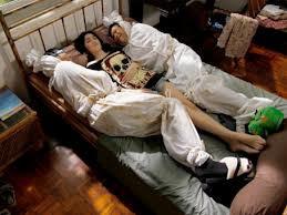 Ini akibatnya kalo cewk sering tidur sendiri.... Mana Wow nya....