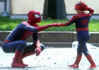 Siapa suka nonton film superhero? Kalau kamu suka, pasti tahu Spider-Man. Iya, ia salah satu tokoh karakter superhero ciptaan Marvel Comics. Nah, pernahkah kamu membayangkan Spider-Man bertemu dengan Spider-Kid? Hihihiâ?¦ sepertinya menarik.