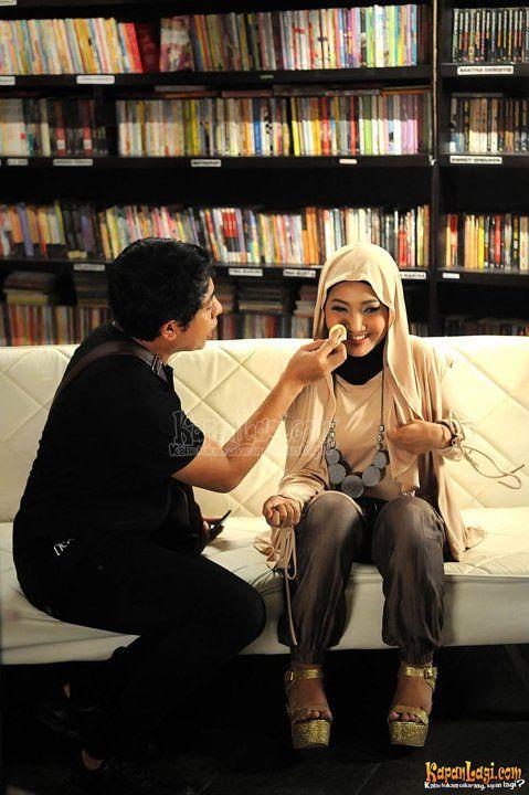 """Fatin X Factor Syuting Video Klip Perdana Juara X Factor Indonesia pertama, Fatin Shidqia Lubis, melakukan proses syuting video klip single perdananya """"Aku Memilih Setia"""" di sebuah kafe di kawasan Margonda Raya, Depok"""
