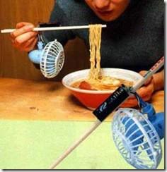 Mana WOWnya :D Sumpit Dengan Kipas Mungkin agan pernah merasakan sebel karena ingin makan mie buru-buru karena lapar, tapi mie nya masih terlalu panas. Tapi gak pernah terpikirkan untuk menggunakan sumpit seperi ini.