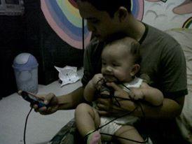 Cemilan bayi jaman sekarang..kabel charger hp bapa nya :wow :D
