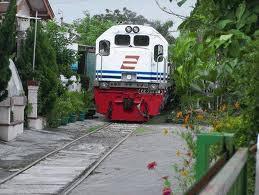 Kereta Nyasar Wah....awas ! awas ! ada kereta nyasar ke komplek ! tapi kok ada jalurnya ya ?! Klik WOWnya ya !