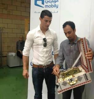 Seperti yang diketahui sebelumnya, kapten Timnas Portugal itu memang menaruh minat terhadap Islam dan sering mendengarkan Mesut Ozil membaca Al Quran maupun saat Ozil tengah beribadah. Jika kagum jangan lupa WOW nya.