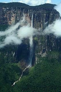 Angel Falls adalah air terjun tertinggi di dunia, dengan ketinggian 1.002 m, dan terletak di Taman Nasional Canaima Bolivar, di sepanjang perbatasan Venezuela dengan Brasil. Air tejun ini memiliki lebih dari 19 kali lebih tinggi dari Niagara Fa