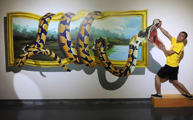 ada ular keluar dari lukisan..........ada bambang menangkap ular itu hahahahahahahahahaha kudu bilang wow