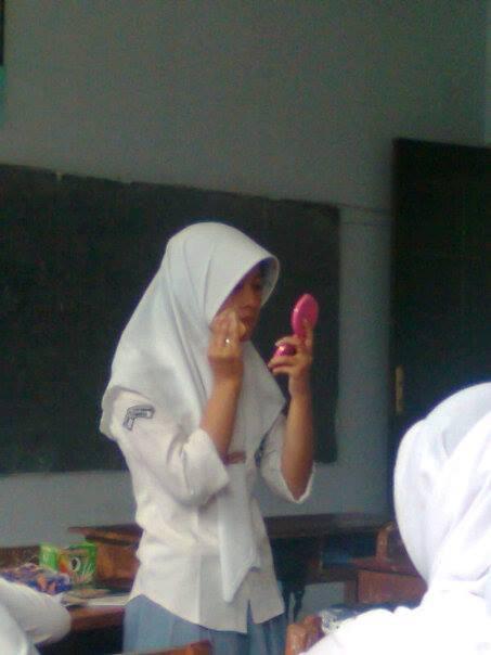 Budaya siswi indonesia bukannya belajar, malah benerin make up, itulah yang sering terjadi di hampir setiap sekolahan..