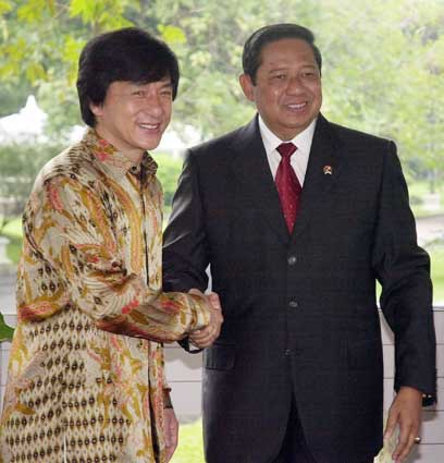 ketika sang aktor jackie chan bertemu dgn bpk presiden RI,dia memakai baju batik....WOOOOW amazing..dia sangat mencintai indonesia,kita orang indonesia harus berbangga dengan BATIK! hiiduuup INDONESIAAA!!!!meski bbm naikk....