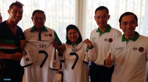 Cristiano Ronaldo tengah berada di Bali. Dalam kunjungannya pemain Real Madrid ini telah bertemu Presiden RI, Susilo Bambang Yudhoyono di Telaga Waja, Bali, Rabu (26/6/2013). Ronaldo menemui Presiden SBY yang ditemani Ibu Negara Ani Yudhoyono.