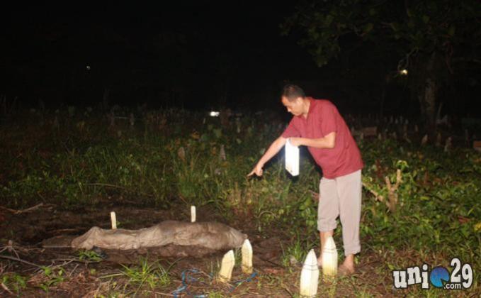 Heboh! Mayat Pocong Mendadak Keluar Dari Liang Kubur