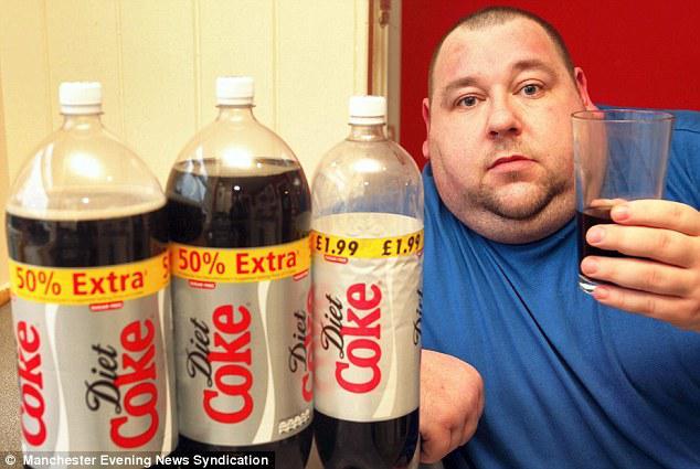 Pria ini minum 18 kaleng Coca Cola diet WOOOOOOOOWWWWWW !!!! Apa nggak kembung ya ntu peruttt :D :D