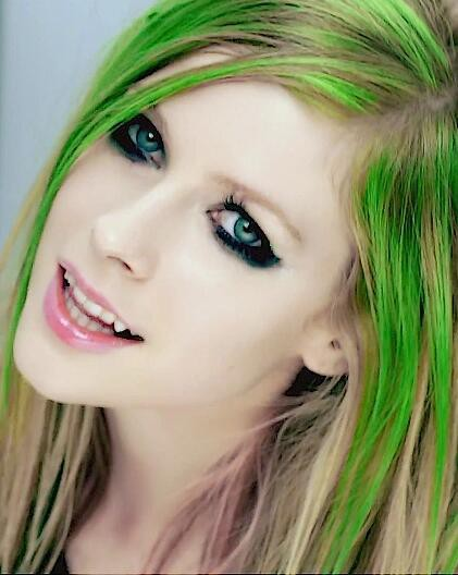 Avril Lagvine dibilang sebagai wanita mirip vampire?? coba deh kalian perhatikan dari matanya wajahnya dan bibirnya serta mulutnya? ada yg mirip kaya vampire gak ?? WOWnya !!