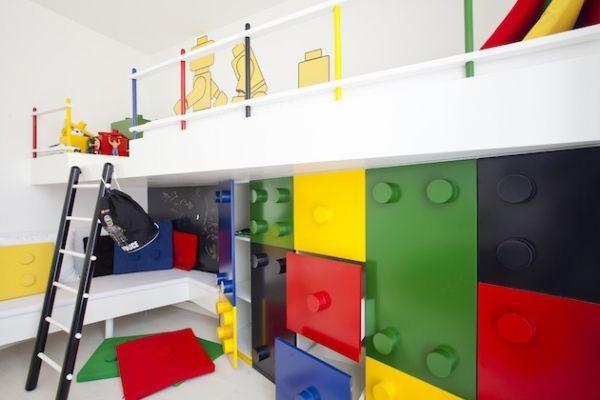 [Lego Themed Bedroom] Lego adalah mainan sederhana kesukaan anak. Mereka bisa membangun istana, mobil dan bentuk lainnya. Mereka pasti menyukai kamar tidur bertema lego warna-warni ini.