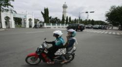 ACEH BARAT - Polisi Wilahayatul Hisbah (WH) Kabupaten Aceh Barat, Aceh, menggelar razia busana ketat pagi tadi. Khairul Zadi, Kepala Satpol PP dan WH Kabupaten Aceh Barat, Selasa (2/7/2013), mengatakan, razia busana ketat dilakukan guna menegakkan syariat Islam dan menyambut datangnya Ramadan. Dia meminta kepada warga Aceh Barat, khususnya para perempuan, memakai pakaian sesuai dengan tuntunan Islam. Razia tersebut sesuai dengan Qanun (Perda) Nomor 11 Tahun 2003 tentang syariat Islam dan tata cara berpakaian di Aceh. Razia yang digelar di depan Masjid Nurul Huda, Meulaboh di Jalan Teuku Umar, menjaring sedikitnya 50 perempuan yang mengenakan celana ketat. Mereka yang terjaring dipaksa pulang ke rumah masing-masing untuk mengganti pakaian mereka. Setelah itu mereka diminta kembali ke lokasi razia untuk menandatangani surat perjanjian tidak mengulangi lagi. Sebagian warga yang terjaring razia sempat melawan petugas, namun hal tersebut berhasil dikendalikan petugas Satpol PP pria yang membantu razia tersebut. Razia busana ketat akan terus dilakukan rutin hingga Ramadan.