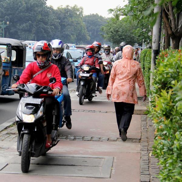 Rasain! Mulai Kamis 4 Juli motor yang naik trotoar akan ditilang.
