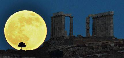 Fenomena supermoon terjadi pada 23 Juni 2013. Bulan purnama terlihat sangat besar dan paling terang karena berada pada jarak paling dekat dengan Bumi,mau tau lebih lanjut di sni aja http://bit.ly/1752bW
