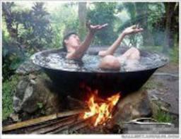 orang gila ini lagi berendam di air panas yang pake kayu