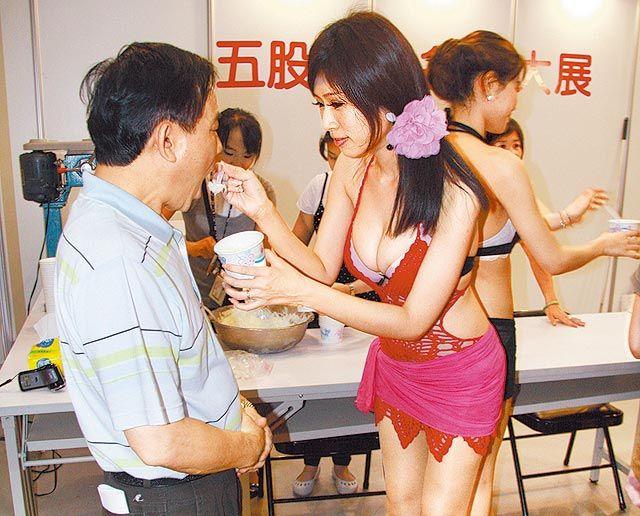 Om-om bandot pasti demen di pemeran furniture Taipei Taiwan ini. Soalnya ada booth es teler, pake SPG yang yahhh gitu deh, banyak isinya