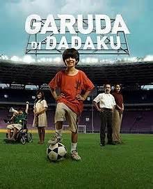 Inilah 5 film indonesia dan luar negeri yg bertemakan sepak bola: 1.Garuda di dadaku 1 2.Garuda di dadaku 2 3.hattrick 4.Goal 5.Romeo And Juliet wow nya ya