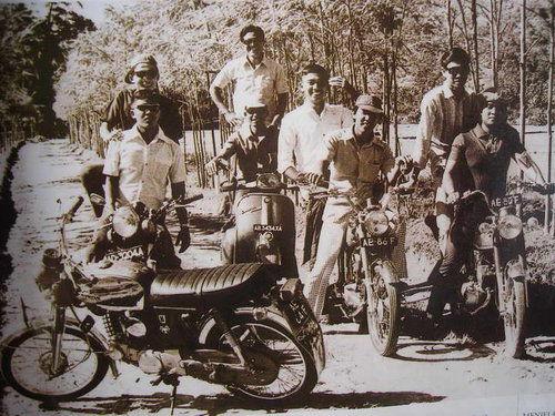 Foto Bapak SBY jaman Muda....Saat dibonceng Temannya Dengan Plat Nomor Polisi AE 86 F...foto diambil di Kota Pacitan....