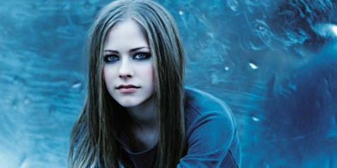 Avril Ramona Lavigne,, masih tetap menawan walau termakan waktu... gimana maniskan bibirnya ???
