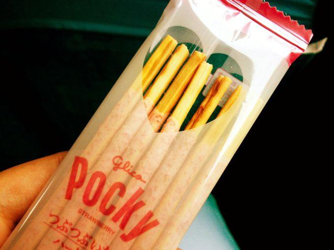 Ini pocky gaul yang cuma dijual di Jepang (kata temen saya sih..). Kan di kemasannya itu ada bentuk love-nya, saking detailnya produsen disana nih ya, bahkan ujung stick dari pocky ini bentuknya juga love loh! YUMM :3