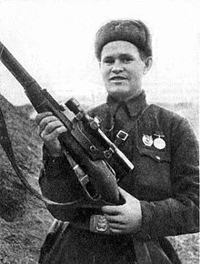 apakah ada yang kenal dengan gambar di atas ? gambar ini adalah Vassily zaitsev dia adalah penembak jitu dari rusia saat perang dunia yang pernah membunuh 242 orang dan membunuh perwira wehrmacht