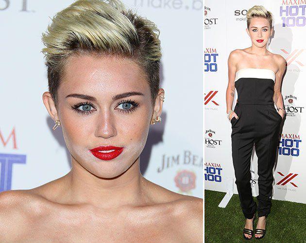 Seleb dengan Make-Up Cemong di Karpet Merah (1) Miley Cyrus Miley Cyrus dan bedak yang cemong di sekitar mulut.