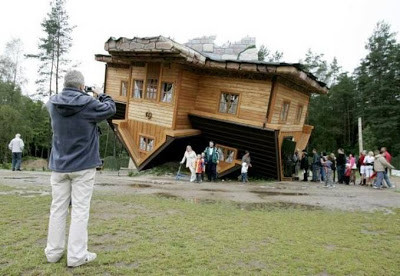 """Rumah terbalik """"BOSAN dengan desain Rumah yg biasa ANDA bisa mencoba yg satu ini. sepitas kita melihatnya membuat kita mersa pusing karena bangunan rumahnya terbalik. Tapi taukah anda jika desain rumah tersebut trnyata sudah Populer di polandia"""