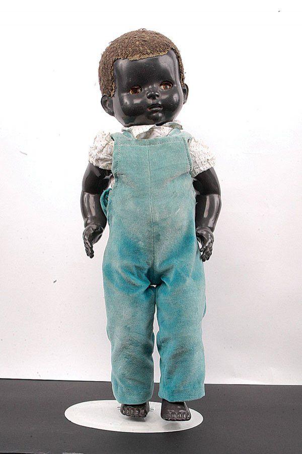 German Doll boneka ini dari usia yang berbeda dan sedikit rasis. Itu menakutkan untuk berpikir bahwa boneka tersebut diterima oleh konsumen mainstream.