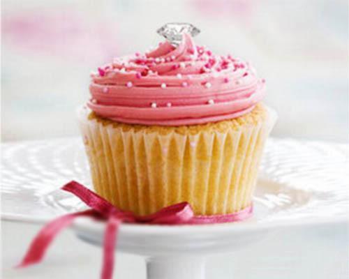 Wow..CupCake cantik ini memiliki sebuah berlian ditngahnya.. tak disangkal lg,,cupcake ni trmasuk kue termahal... tpi sepertinya msih bnyak yg sperti ni dan,,pastinya lebih mahal lagi.. B)