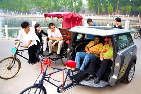 """""""BECAK TERMAHAL DI DUNIA>>Mobil mungil besutan BMW, Mini Cooper, ternyata menjadi alat transportasi umum masyarakat China. Mobil ini berhasil disulap menjadi becak di kota Beijing. Bagian depan mobil Mini Cooper sengaja dipotong. mantep ga GAN."""