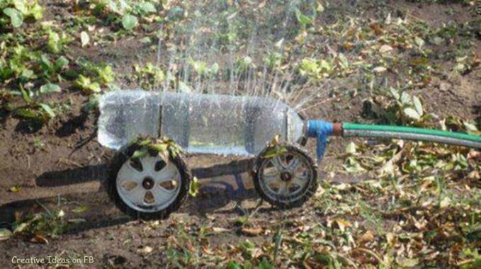 Kreatif juga nih buat nyiram rumput ditaman pake botol bekas yang dilobangi dan pake ban mobil mainan yang udah rusak. keren ya..